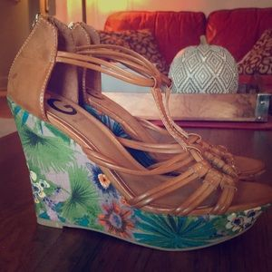 🌺 Guess Tropical Wedges